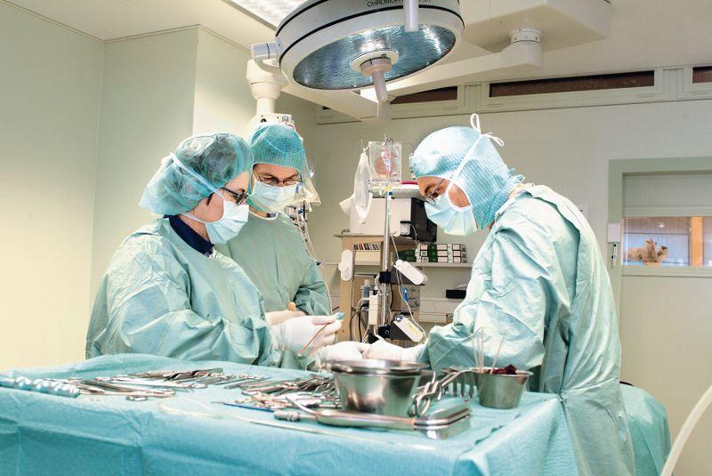 Prof.(sk) - Burkhard  Rischke - Spine-Center Rischke - salle d'opération